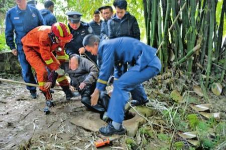 86岁老人失足坠井 消防冒险下井解救