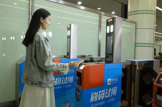 全国首次 广深铁路刷支付宝直接坐火车