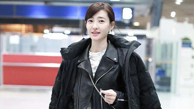 王丽坤穿皮衣皮靴露帅气 笑容难掩恋情甜蜜