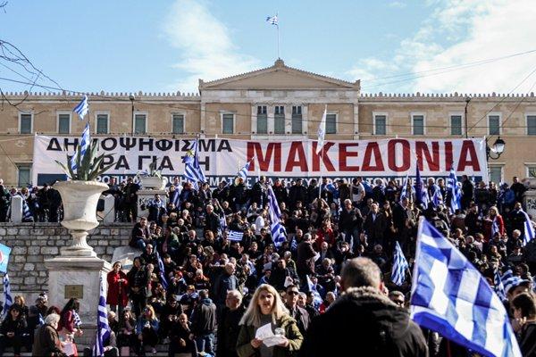 希腊民众游行抗议马其顿更改国名 与防暴警察发生激烈冲突