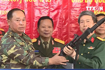 越南向老挝捐赠自造以色列加利尔自动步枪