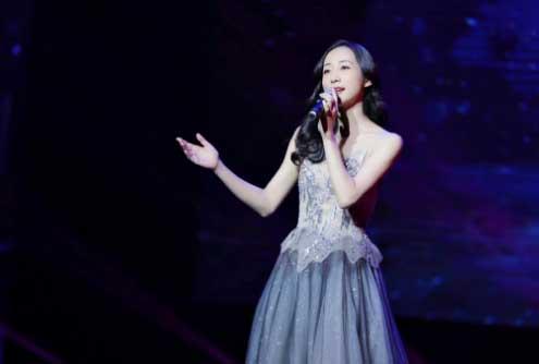 """韩雪星空裙出席公益音乐会 获赞""""最亮的星"""""""