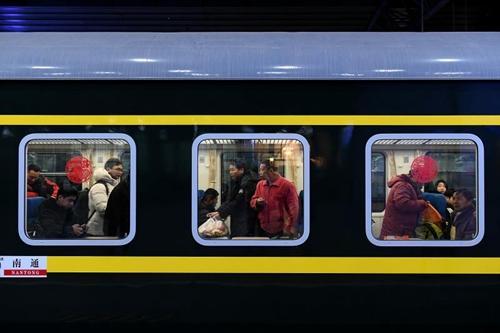 """春运来了!北京铁路首趟增开列车开出 乘务员过半都是""""90后"""""""