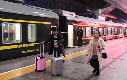 首趟铁路增开列车凌晨始发