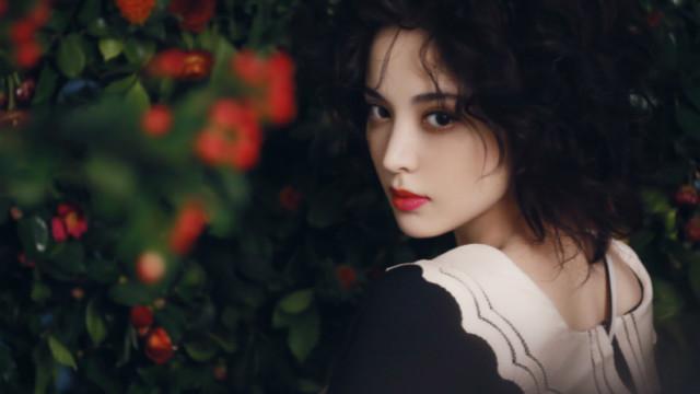 娜扎穿黑裙留浪漫卷发 红唇性感眼神魅惑展复古风情