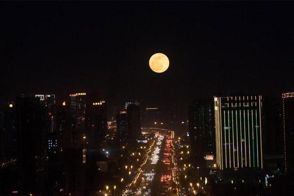 """""""超级月亮""""现身太原夜空"""