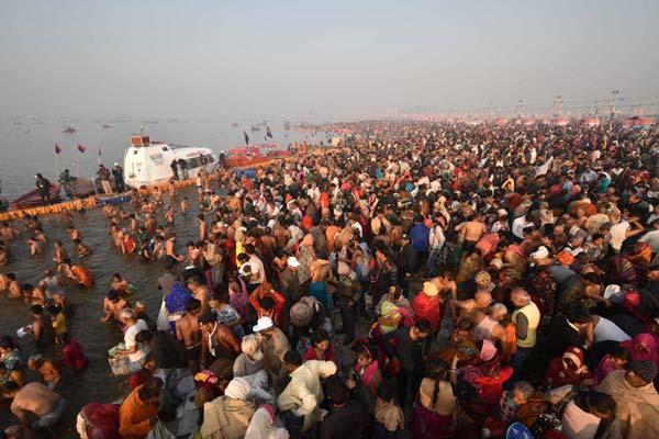 太阳赐予力量!印度桑格拉提节:数万人海边沐浴祈祷