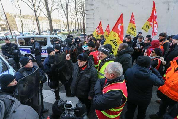 马克龙举步维艰!法国凡尔赛劳工总联盟举行反政府集会