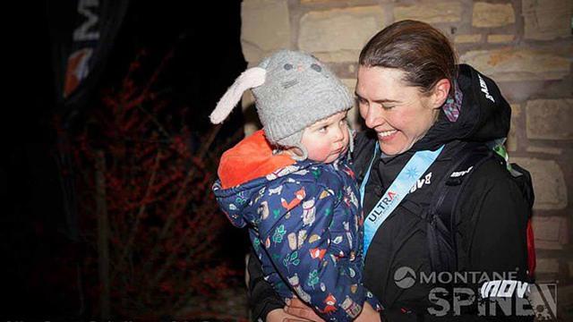 英国母亲跑完超长马拉松 中途不忘给孩子喂奶