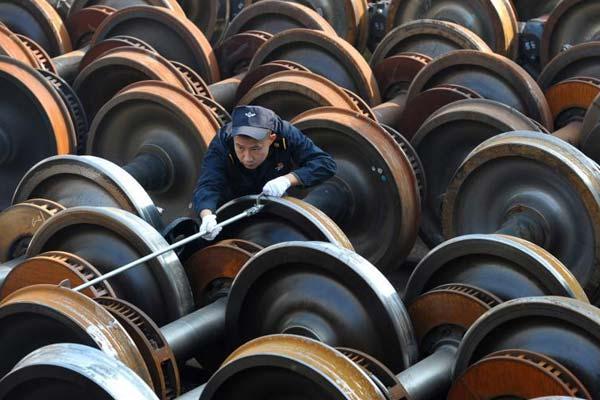 """春运里的""""车轮战"""":每天60多道工序保养轮对"""