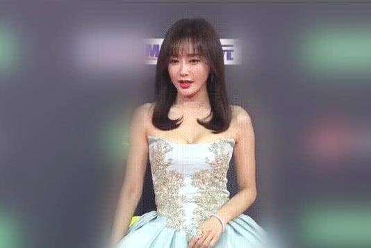 秦岚穿公主裙美若天仙,减龄刘海显年轻,一看未修图一秒出戏!