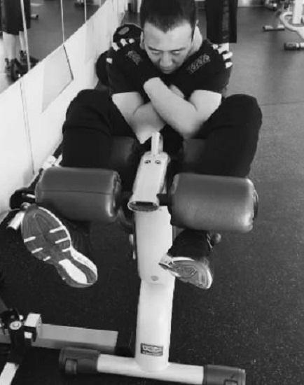 于和伟自曝迷上健身 休息不忘健身训练