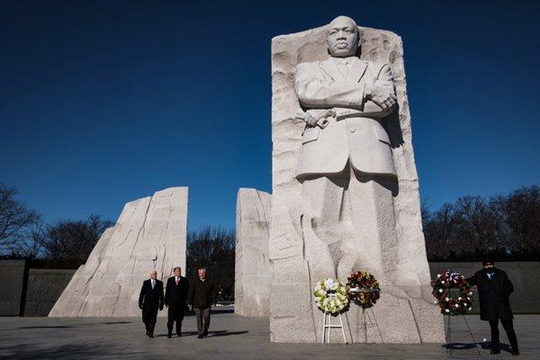 特朗普参观马丁·路德·金纪念碑 两分钟草草结束行程
