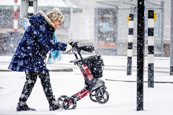 """荷兰遭暴风雪袭城 行人秒变""""雪人"""""""