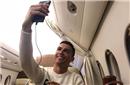 诸事不顺的C罗私人飞机上嗮自拍又被女球迷喷