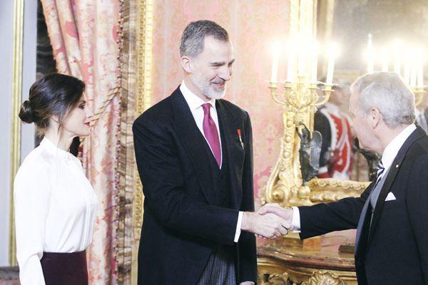 西班牙国王夫妇在皇宫举办外国大使招待会