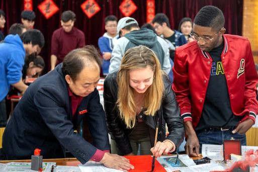 海外留学生体验中国年:愿与中国友谊越来越浓