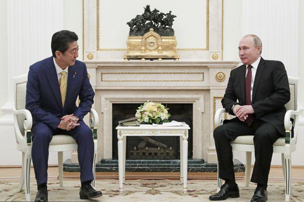 俄罗斯总统普京和日本首相安倍晋三在莫斯科会晤