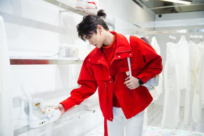 侯明昊出席品牌活动 红色外套焕发新活力