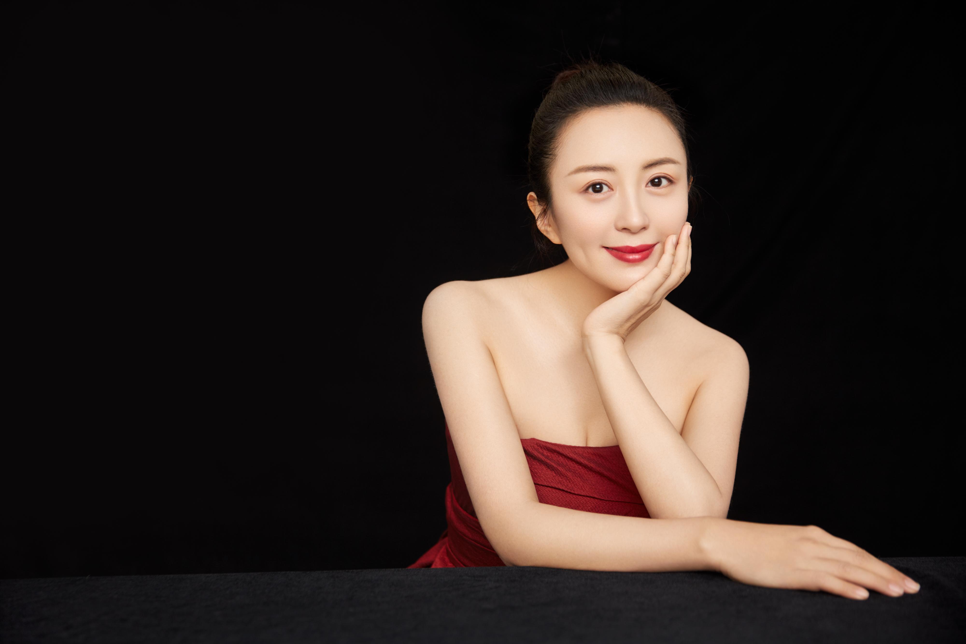杨童舒红裙写真曝光 笑容优雅尽展迷人气质