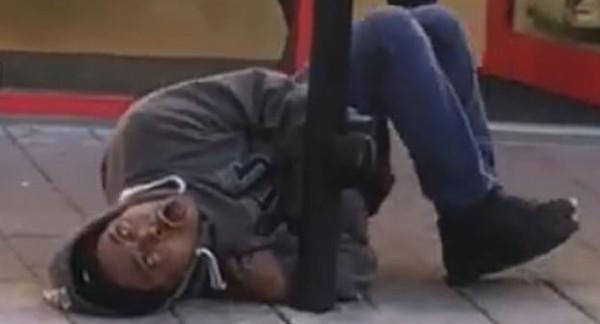 英国一男子吸食毒品后精神错乱在街头发狂撒泼