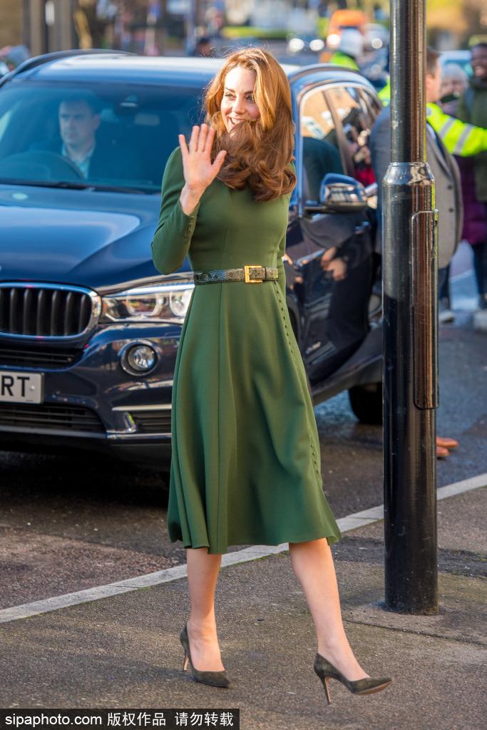 凯特王妃访问家庭慈善机构 一袭墨绿色连衣裙明艳动人
