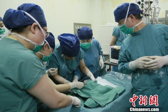 中国首个移植子宫内孕育宝宝在西安出生