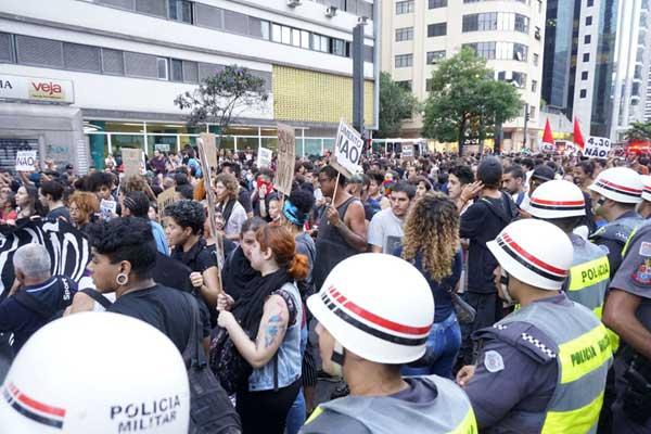 声势浩大!巴西抗议公交票价上涨举行游行活动