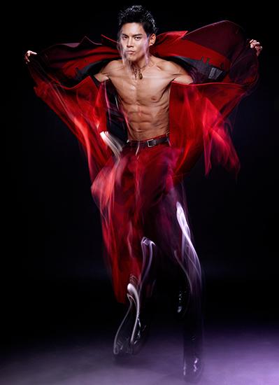 向佐新写真秀肌肉 动静皆宜演绎最酷红与黑