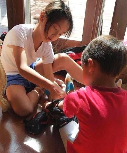 田亮晒女儿照顾小亮仔照片,网友:这样的姐姐真好