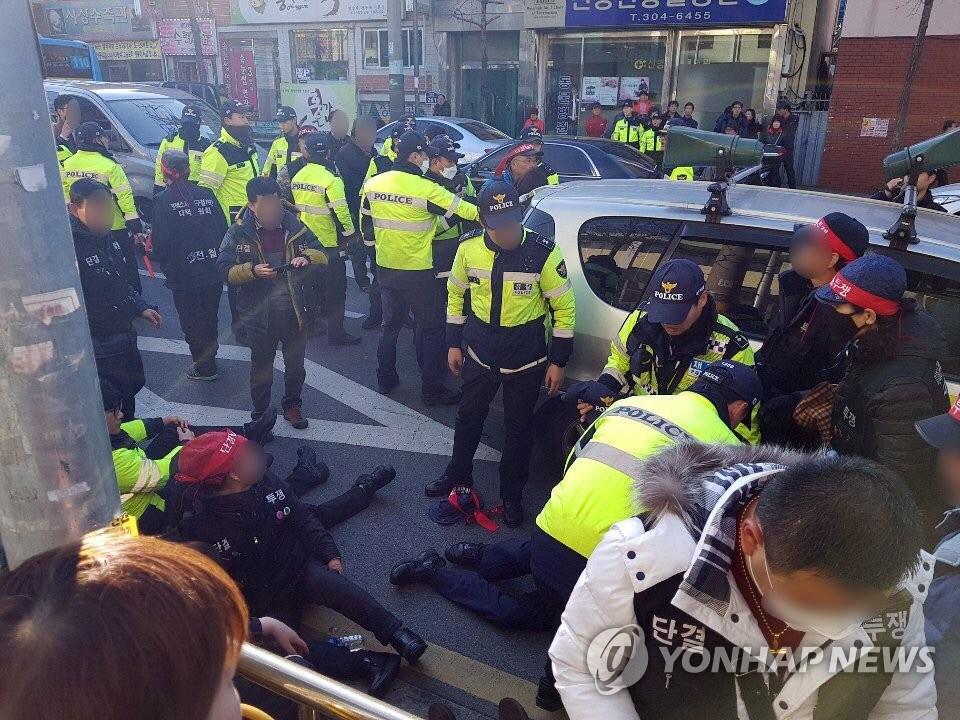 韩国釜山一汽车撞向集会人群!21名警察3名市民受伤