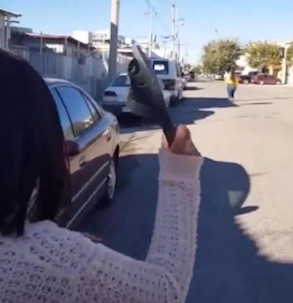 难以置信!墨西哥一女子用拖鞋远距离砸中女儿