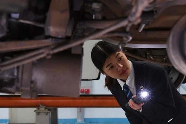 """""""95后""""动车女机械师的春运旅程"""