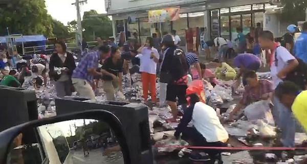 丑陋!泰国一货车侧翻致8万罐啤酒散落遭疯抢