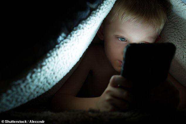 儿童每天使用电子设备4小时 睡眠不足可能性加倍