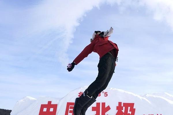 """漠河北极村:游客畅玩""""泼水成冰"""""""