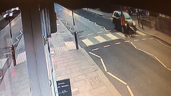 英国一汽车斑马线前撞倒婴儿车 婴儿因系安全带无碍