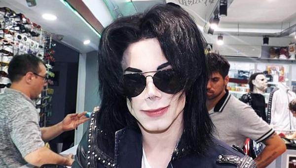 阿根廷男子迷恋迈克尔•杰克逊 花20万元整容