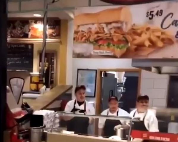 美国牛排店因顾客刷卡被拒上演全武行
