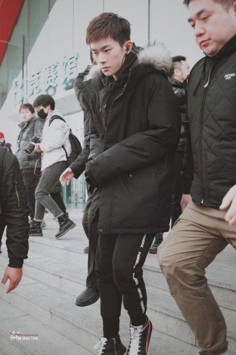 易烊千玺录节目新发色引关注:弟弟染头发了?!