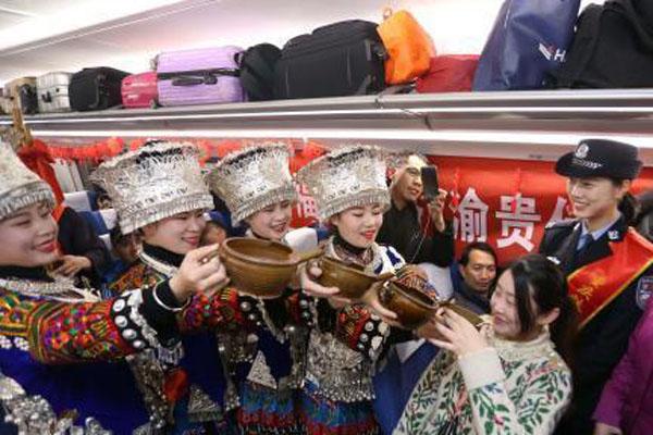 西南民俗文化进高铁 春运旅客感受喜庆氛围