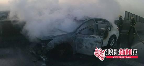 临沂:一轿车刚出修理厂不久就起火 消防紧急救援