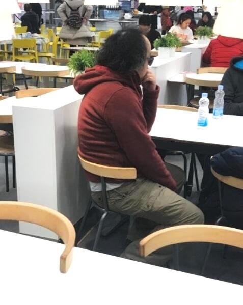 50岁窦唯近照曝光 头发凌乱身材发福