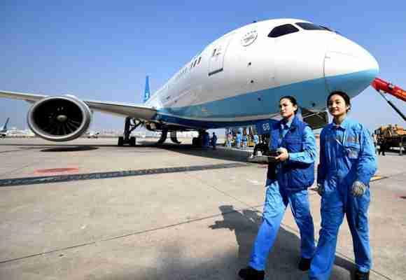 探访修飞机的美女