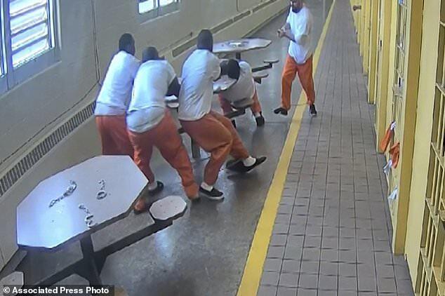 4名囚犯被拷在桌子上玩牌 突遭邻桌拿刀猛戳