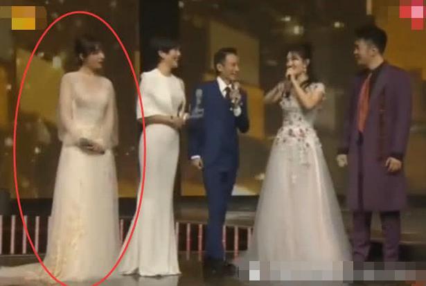 看到吴昕跨年夜被剪镜头,何炅态度证明一切,看出在舞台上的地位
