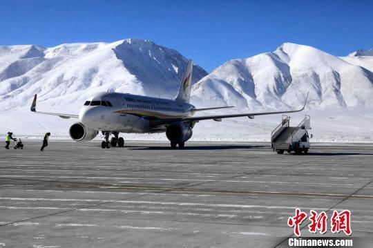 暴雪后西藏阿里机场及时恢复航班