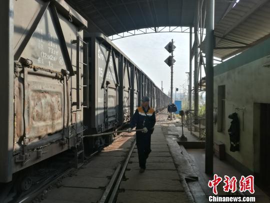 """探访""""列车裁缝"""":他们的坚守点亮旅客归家后的灯火"""