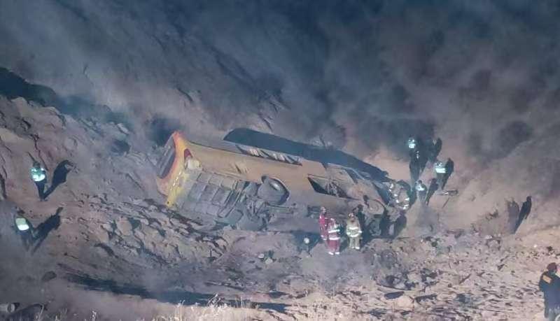 秘鲁南部一客车与卡车相撞后坠入峡谷 至少14人死亡