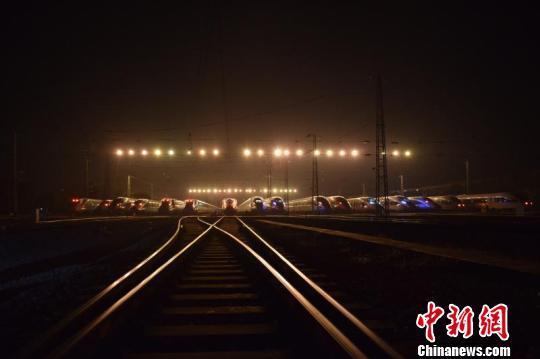 02:30,夜幕下的动车组存车场(大睡床) 韦加恒 摄